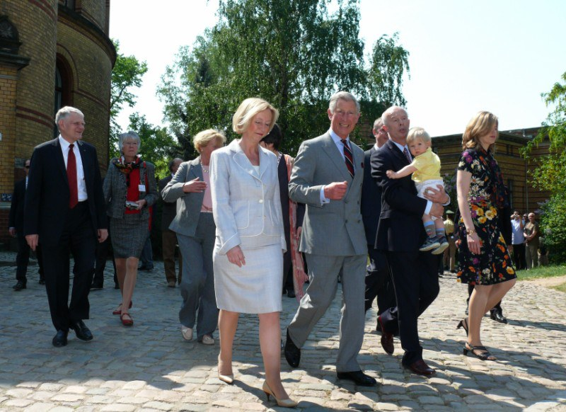 Prince Charles discusses with scientists at PIK