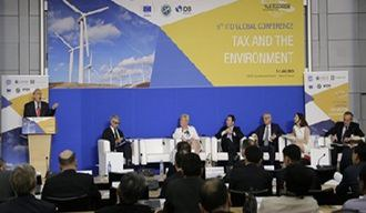 Edenhofer speaking to finance ministers at OECD green tax conference
