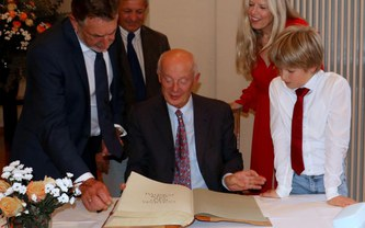 Schellnhuber signs the Golden Book of the city of Potsdam